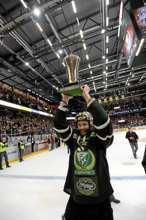 SM-guld 2011 med Färjestad. Emil Kåberg med bucklas i Löfbergs arena efter seger i femte matchen mot Skellefteå. Bild: Erik Mårtensson/TT