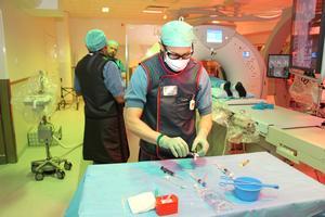 Cirka 600 patienter behandlas årligen på Gävle sjukhus interventionsröntgenavdelning. Här är det röntgensköterskan Fredrik Ahlström som gör i ordning de instrument som ska användas.