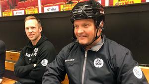 Greg Scott fick se första träningen från sidan och Magnus Sundquist, Brynäs tränare, fick bära hjälm.
