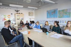 I förra veckan hölls ett krismöte med modersmålslärarna angående den besparing på två miljoner kronor som skulle drabba just deras verksamhet.