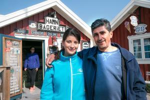 Vassos Betzekis med dottern Christina som driver tre av bodarna i gästhamnen.
