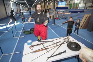 Christer Ersson Fricker visar upp de gamla svärdsorterna som de använder i sin träning. De använder skyddskläder samtidigt som svärden är väldigt slöa.