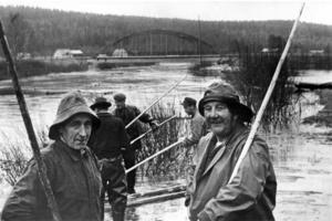 Valter Jonsson och flottarbasen Jonas Holm under en paus i flottningen i Hoan 1963.