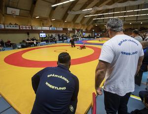 Walid Said och Klas Embretzen följer sin brottar Albert Selin, Spårvägen i brottningsringen. Matchen vann Albert.