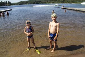 Syskonen Svea, 7 år, och Noel, 9 år, är på besök i Fagersta för att hälsa på sin mormor och kusiner. Annars bor de i Göteborg.