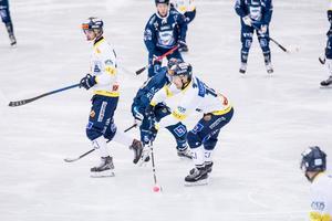 Daniel Bäck i Falu BS med bollen, och så såg det ut i långa stunder av det här derbyt två dagar före nyårsafton. Falu BS, med stort bollinnehav.