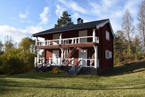 Timrat fritidshus byggt i två plan med loftgång till sovrummen på övervåningen. Foto: Susanna Torris.