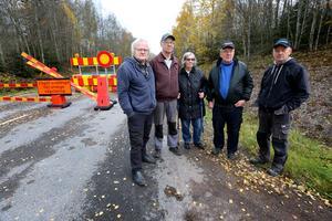 Yngve Sundell, Mats Thodenius, Inger Sundell, Börje Skoog och KG Sjörs, från byarna Hångsarvet och Backgården är upprörda över hur man hanterat trafiksituationen under broreparationen på Paradisvägen.