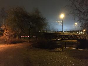 Kvinnan i 65-årsåldern ska ha överfallits och rånats vid Tiskenbron. I nuläget är det oklart om det handlar om gång- eller bilbron över Tisken.