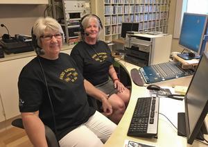 Gunnel Sundin, tv, och Marie Vestlund förbereder Lunchradion och Fredagsmix i studion.