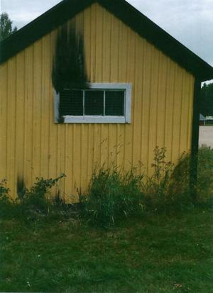 Enligt åklagaren har mannen tänt eld på uthuset med hjälp av tändare och kartong. Bild: Polisens förundersökning.