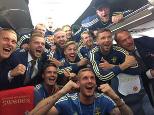 De svenska spelarna firade på planet efter mötet med Mexiko.