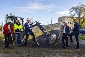 Bygget av kvarteret Skepparen är igång. Bland annat den tillförordnade vd:n Linda Larsson, näste längst till höger, fick hugga tag i en spade.