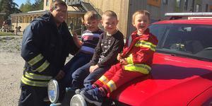 Barnskötare Mattias Selander på Ransta förskola är i rollen som deltidsbrandman vardagshjälten som numera alltid ligger i beredskap att rycka ut på olyckor och bränder på dagtid.