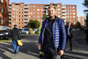 Henrik Höglund är arbetsledare på saneringsfirman Ocab. Han berättar att två av familjerna på översta våningen nu kunnat flytta hem igen.