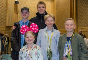 Alla syskonen Karlsson har nu fått sommarlov. På övre raden står Noel, 14 och Liam, 15. Liam gick ut nian i Mora. På nedre raden står Thelma, 7, Elton, 12, och Colin 10.