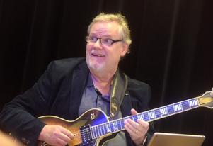Jörgen Andreasson på gitarr.