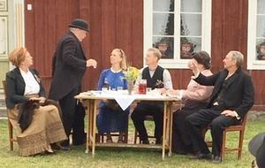 PRO Sveg besökte Forsa Forngård, där det bjöds utomhusteater. Foto: Dan Wiklund