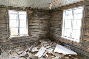 På övervåningen har man tagit fram timmerväggen.