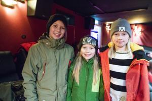 Några av filmens statister. Elsa Jaktlund, längst till vänster, var med i filmen tillsammans med systern Astrid längst till höger. Mellan sig har de lillasyster Vera. De var alla fulla av förväntan att få se filmen.