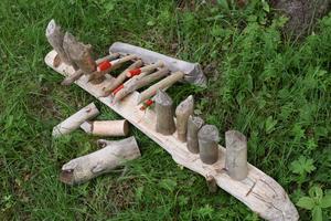 Ett kubbspel av bävergnagda trästycken.
