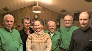 Sextetten på bilden är, från vänster Christer Lilliehöök, Janne Hemmingson, Angelica Glas, Erling Hansson, Staffan Nilsson och Rune Eriksson. De som är iförda gröna skjortor är tre av de tretton musikanter som representerade durspelsgruppen Verknuffaran. Foto: Åke Bengtzon