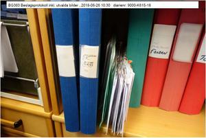 Bild från husrannsakan hos Sollefteåbon. På en av pärmarna står det DK ÖSD. Foto ur förundersökningen.