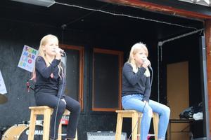 Nova Klingström och Nelly Björklund var först ut och sjöng Lost boy av Ruth B.