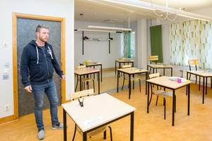 Vivallaskolan skulle kunna ta in fler elever för att på så sätt få bättre ekonomi, samtidigt är klassrummen byggda för väldigt små klasser. - Det går inte att få in 25 elever här, säger Staffan Lindberg, lärare i årskurs 4.
