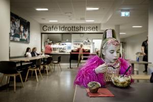 11-åriga Pola Wochna från Polen tar en lunch efter första deltävlingen.