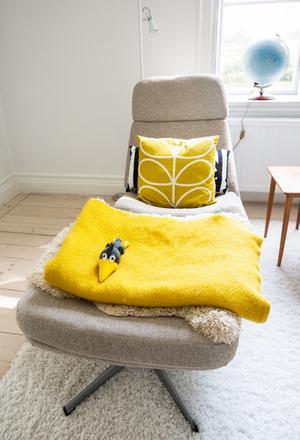 Stina och Pelle Strömberg har inrett med mycket retro och 50-talets färger som gult och grått.