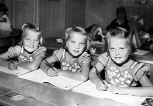 Skoldags för de tre systrarna.  Bild: Privat