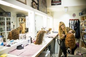 Catharina Lundin är maskör och perukmakare på Chinateatern i Stockholm. I sin loge förbereder hon skådespelarnas peruker. Inför kvällens föreställning av Ghost måste hon göra i ordning en ny peruk till kvällens inhoppare.
