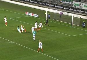 ... Men Öismålvakten Fredrik Andersson räddade och 18 sekunder senare sänkte Ailton Almeida Brage med sitt vackra 3–1-mål. Foto: C More