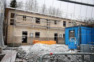 Den enda byggboden som är till för byggarbetarna var för liten och i dåligt skick. Arbetsmiljöverket kräver att byggföretaget ordnar sådana personalutrymmen som lagen säger ska finnas.