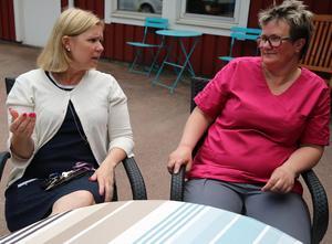 Kommunalråd Malin Höglund (M) beundrar personalen på Tingsgärdesgårdens arbete. Malin pratar med en av de anställda Karina Borg.