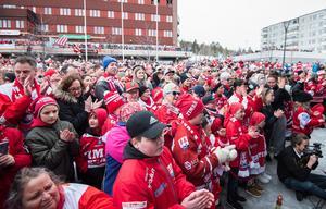 Fansen tryckte sig så nära scenen som möjligt. Bild: Pär Olert/Bildbyrån