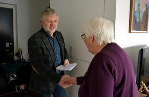 Bostads- och digitaliseringsministern Peter Eriksson (MP) tackar för besöket. Och för att Karin Nyberg ibland delar med sig av sitt digitala kunnande till sina grannar.