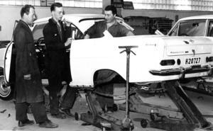 En omskolningscentral fanns i Bräcke på 1960-talet. På den här bilden från 1966 visar yrkesläraren Birger Sandell och eleverna Leif Nilsson och Henry Hemå upp examensprovet från den bilmekaniska avdelningen. Eleverna hade byggt en fullt funktionsduglig bil av två krockskadade bilar.