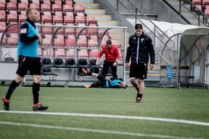Daniel Björnquist grinar illa med högerbenet i högläge efter smällen på söndagens träning.