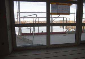 De höga fönstren släpper in mycket ljus i lägenheterna.