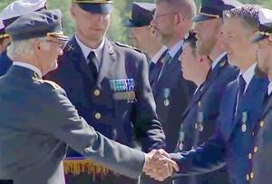 Vid medaljutdelningen fick Tom Wikström även ett gratulerande och uppskattande handslag av H M Konungen. Foto: Richard Törnhjelm/Försvarsmakten