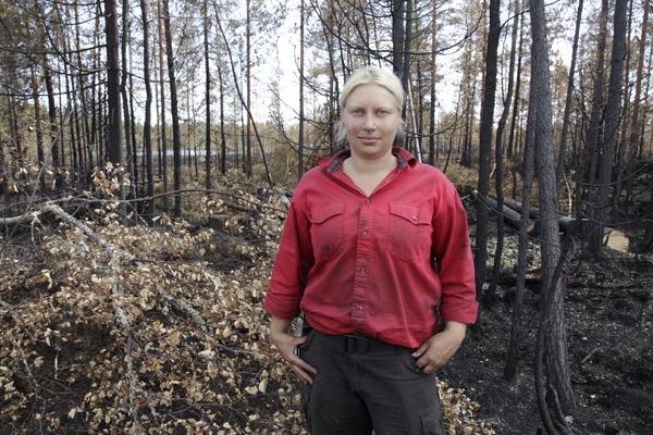 Kim Rudebeck arbetar med eftersläckningsarbetet kring Lillåsen.