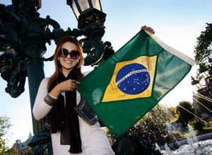 Danyela Etchart anlände till Sundsvall under gårdagskvällen för att ikväll gå på Roxettes konsert. Med sig har hon sin brasilianska flagga som dessutom är signerad av Per Gessle och bandet.