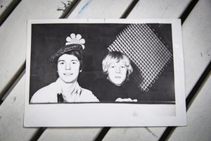 Ett gammalt fotografi av två unga discjockeys, Hans Morin och Roffe Bergh.