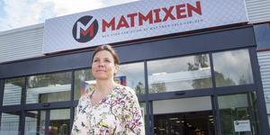Efter knivrånet på Söders Närköp för drygt fem år sedan fick Mari Seger posttraumatisk stress.  Nu är hon chef för den nya butiken Matmixen som öppnar på torsdag nästa vecka.