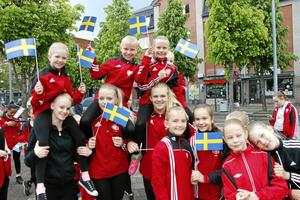 Kumla gymnastikförening gick med i nationaldagståget och hade sedan uppvisning vid Kumlasjön.