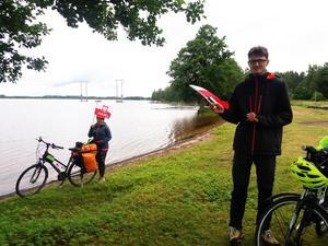 Två glada unga polska cykelturister - på väg till Nordkap - gästade Marma Flottarkoja vid bryggbåtsdagen.