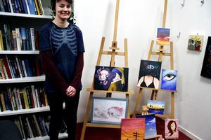 Anton Hansson visade sina tavlor i skolans bibliotek.