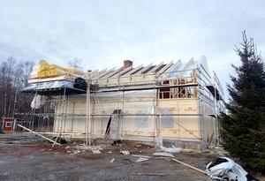 För att kunna bevara innertaket valde de att isolera och bygga på huset och lägga nytt tak. I samma veva blev skorstenen för kort och fick muras om.